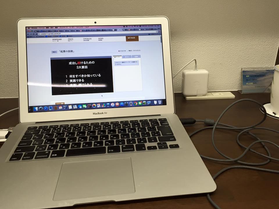自習室机には充電できる2つコンセントあります!