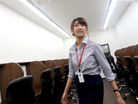 自習室(ラーニングルーム)を案内する河本真紀子