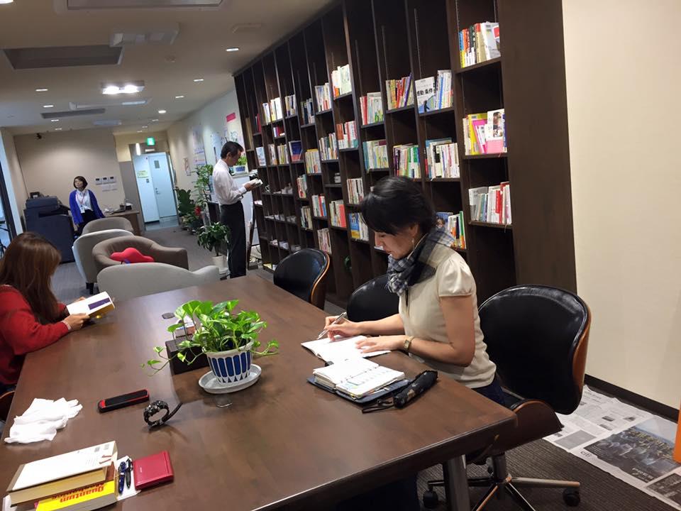 野崎さん、カフェラウンジにて勉強中!